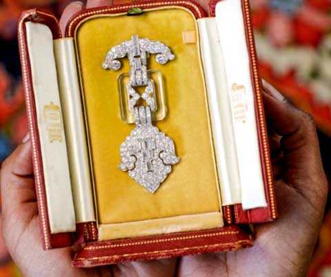 Cartier broche Chiswick Auctions